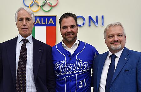 Mike Piazza bij zijn presenatie als nieuwe bondscoach. Met links Giovanni Malago en rechts Andrea Marcon.