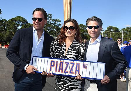 Mike Piazza en zijn echtgenote Alicia Rickter bij de onthulling van de naar hem vernoemde weg naar Clover Field.