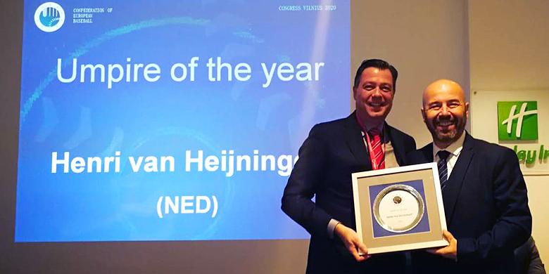 Mark Herbold (links) neemt uit handen van Didier Seminet de prijs voor Henri van Heijningen in ontvangst.
