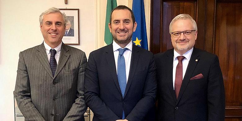 Op 4 februari bezochten bondsvoorzitter Andrea Marcon (r) en zijn secretaris Giampiero Curti (l) de Italiaanse minister van volksgezondheid en sport Vincenzo Spadafora (m). Toen nog onbewust van het nieuwe virus dat nu heerst in het noorden van Italië.