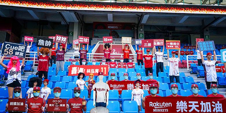 De stoelen in het International Stadium worden bezet door poppen.