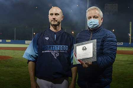Alex Bassani krijgt de onderscheiding voor MVP uit handen van bondsvoorzitter Andrea Marcon.