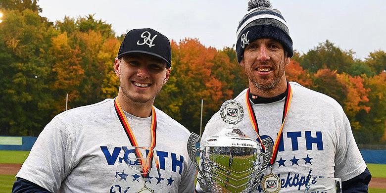 Lars Huijer (links) Mike Bolsenbroek na de gewonnen finale.
