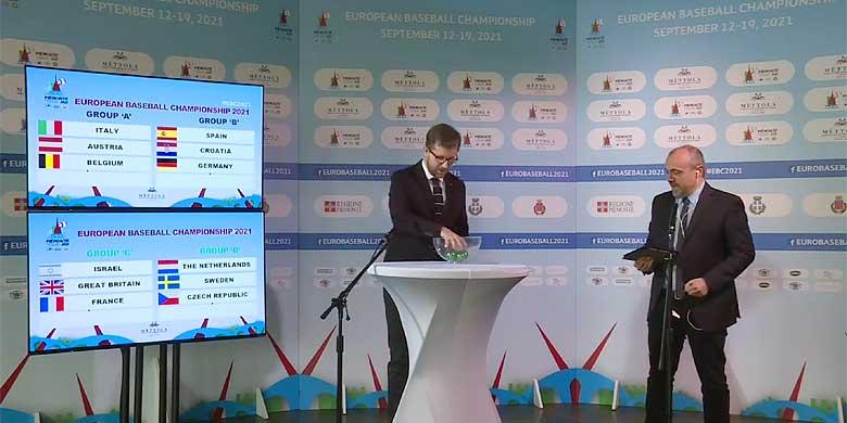 Marco Chessa, raadslid in Turijn, vericht de laatste ronde van de loting. Rechts staat presentator Matteo Gandini.
