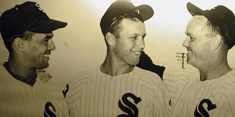 Wim Crouwel (midden) liep in 1962 stage bij de Chicago White Sox. Op de foto staat hij tussen Luis Aparicio (links) en Nellie Fox (rechts).