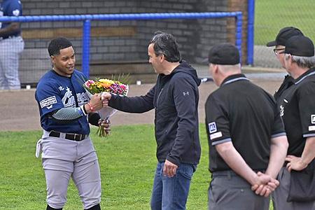 Dwayne Kemp krijgt voor de start van het duel bloemen voor zijn 500e wedstrijd in de hoofdklasse.